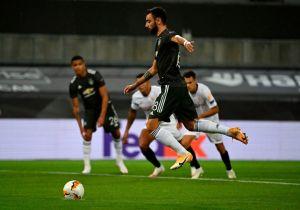 VIDEO: Bruno Fernandes del Manchester United cobra penal al estilo de… ¿Alan Pulido?