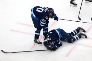 VIDEO: ¡Sangre en el hielo! El jugador de hockey Tucker Poolman recibe un espantoso golpe de puck en el rostro