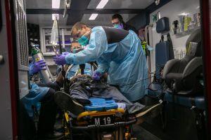 Doctor robó vacunas COVID-19 y fue atrapado por presumirlo