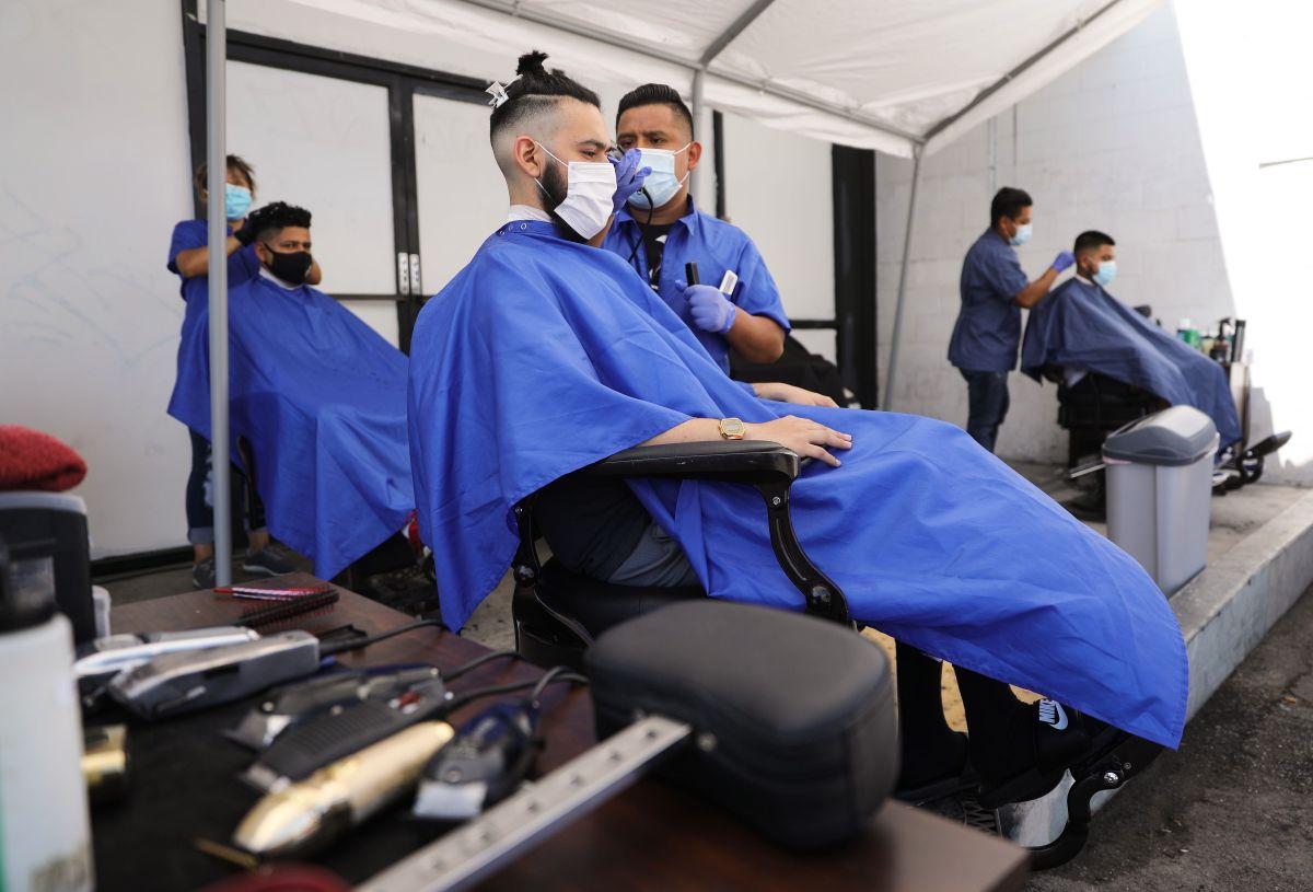 California reabre peluquerías y centros comerciales pero iglesias y gimnasios deberán ofrecer sus servicios al aire libre