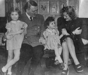 Cómo la maquinaria de propaganda nazi creó una imagen hogareña de Hitler y engañó al mundo