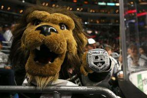 Una miembro del staff de L.A. Kings, acusa a la mascota Bailey de haberla acosado sexualmente