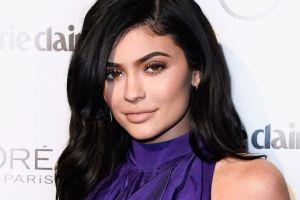 Kylie Jenner Kylie acalora Instagram posando en top y ajustados leggings rosados