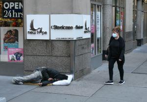Una demanda pide a la Ciudad proteger a solteros sin techo en habitaciones de hotel individuales