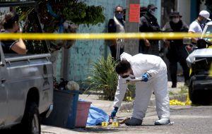FOTOS: Con tiro de gracia matan a 3 mujeres en plaza en disputa por el CJNG y gente del Marro
