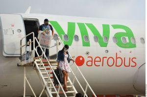 El show de 'Lady COVID': Sacan a turista de avión en Cancún por quitarse la mascarilla