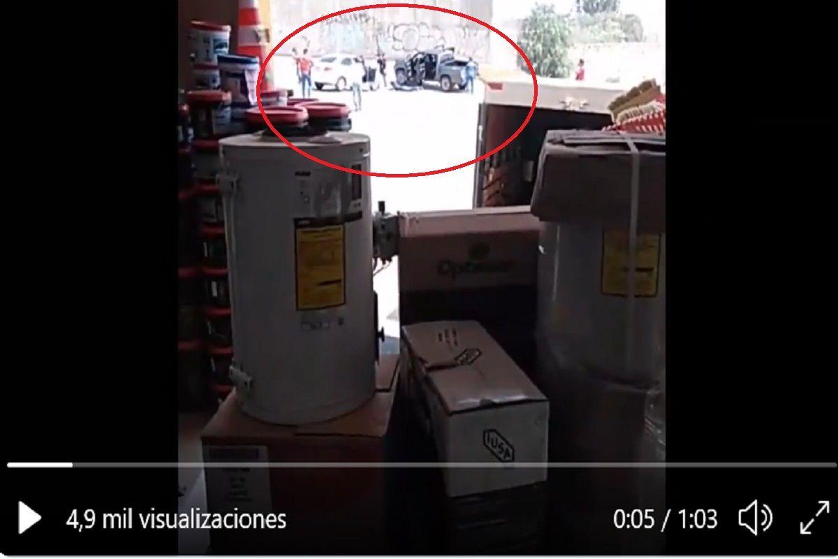 """VIDEO: """"No salgan son como narcos"""", así captaron el asesinato de mando policiaco"""
