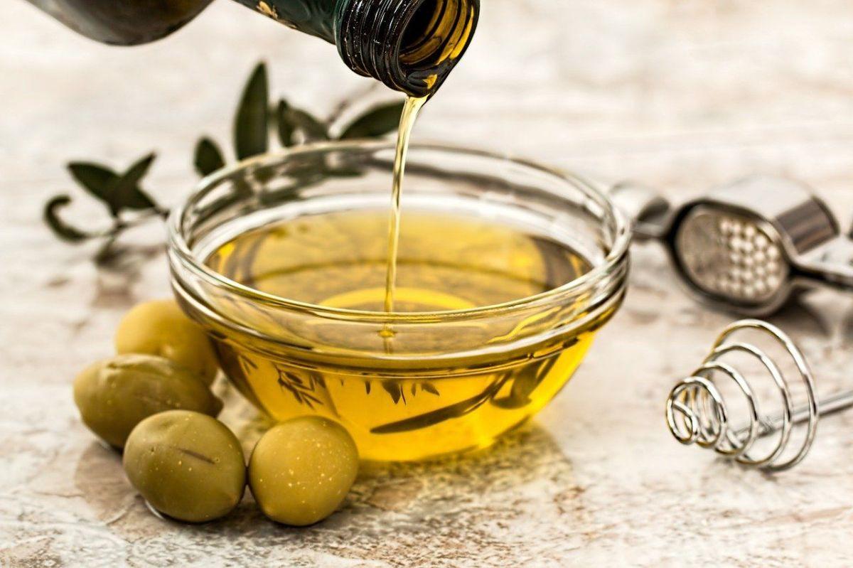 Why you should not buy large bottles or carafes of olive oil