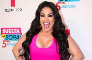 Con cacheteros blancos, Carolina Sandoval se unta 'Vick VapoRud' en los senos y en las lonjas