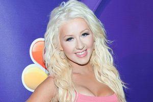 En un inflable, Christina Aguilera presume sus curvas con un ceñido vestido blanco