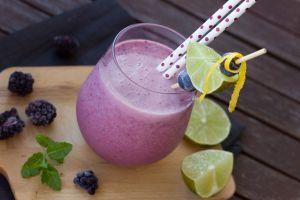 Combate la inflamación crónica y el estreñimiento con este batido de arándanos y jengibre