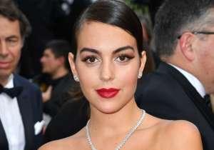 Usando un body negro, Georgina Rodríguez luce su retaguardia al maquillarse