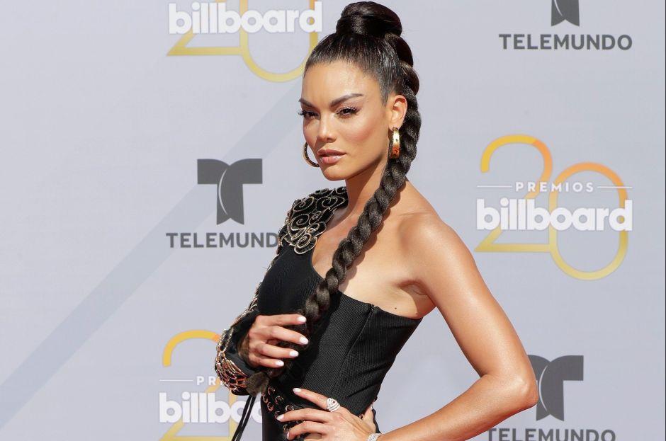 Con sensual atuendo, Zuleyka Rivera luce su abdomen de acero a bordo de un carro de golf