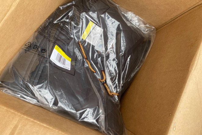 Asquerosa sorpresa: hombre recibe paquete postal de Nike con gusanos en Nueva York