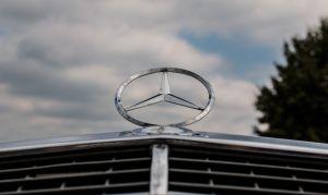 """""""Influencer"""" ruso quema Mercedes valorado en $180,000 dólares mientras come salchichas"""