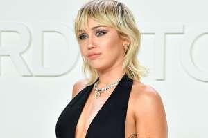 Miley Cyrus se luce desnuda y llena de cadenas, en una foto en 3D