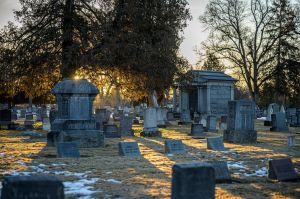 Captan fantasma de niña en cementerio en Nuevo México; asegura que se trata de su hija