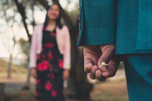 """""""Exceso"""" de romanticismo durante propuesta de matrimonio termina en grave incendio"""