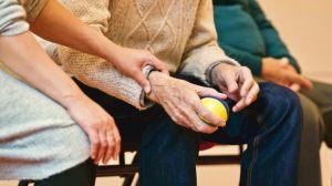 El indignante caso de 2 enfermeras maltratando a una anciana