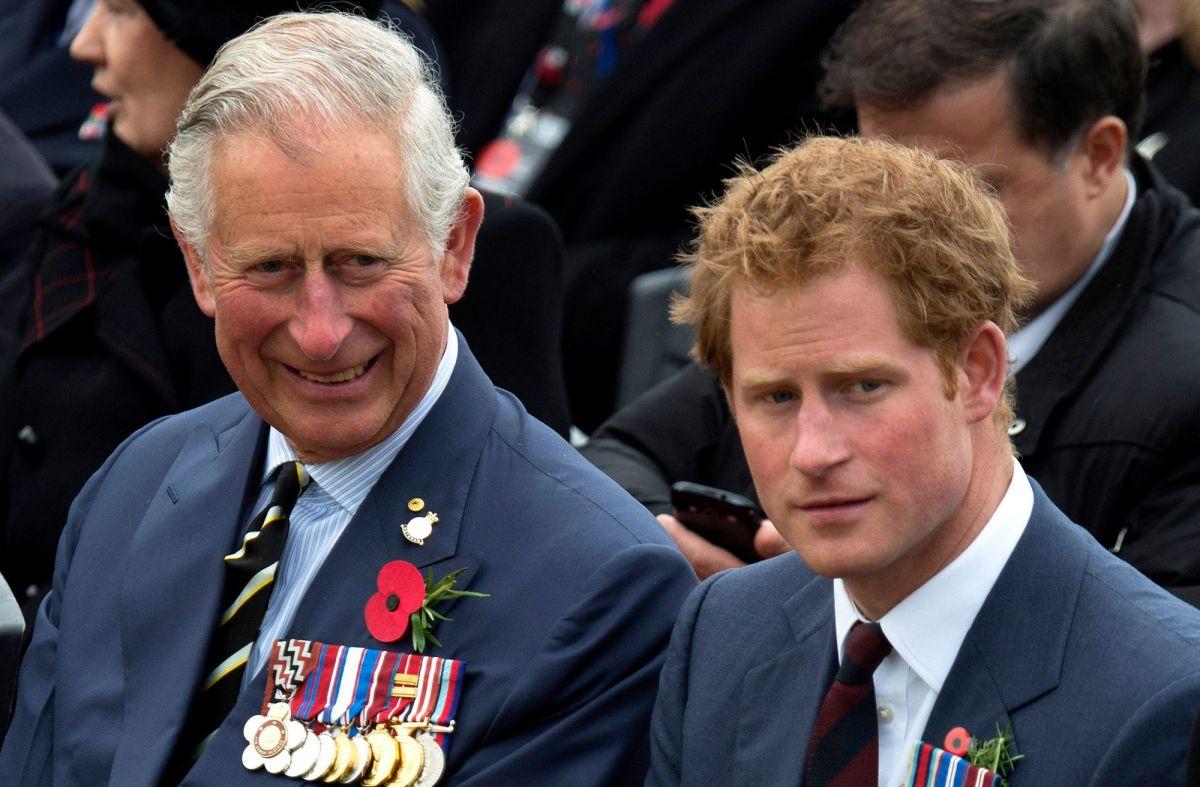 El príncipe Charles y su hijo Harry, el duque de Sussex.