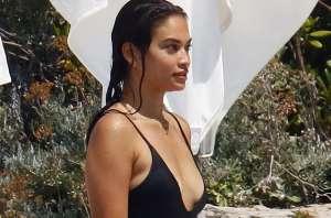 Mojada y en ceñido traje de baño: las curvas de Shanina Shaik paralizan corazones