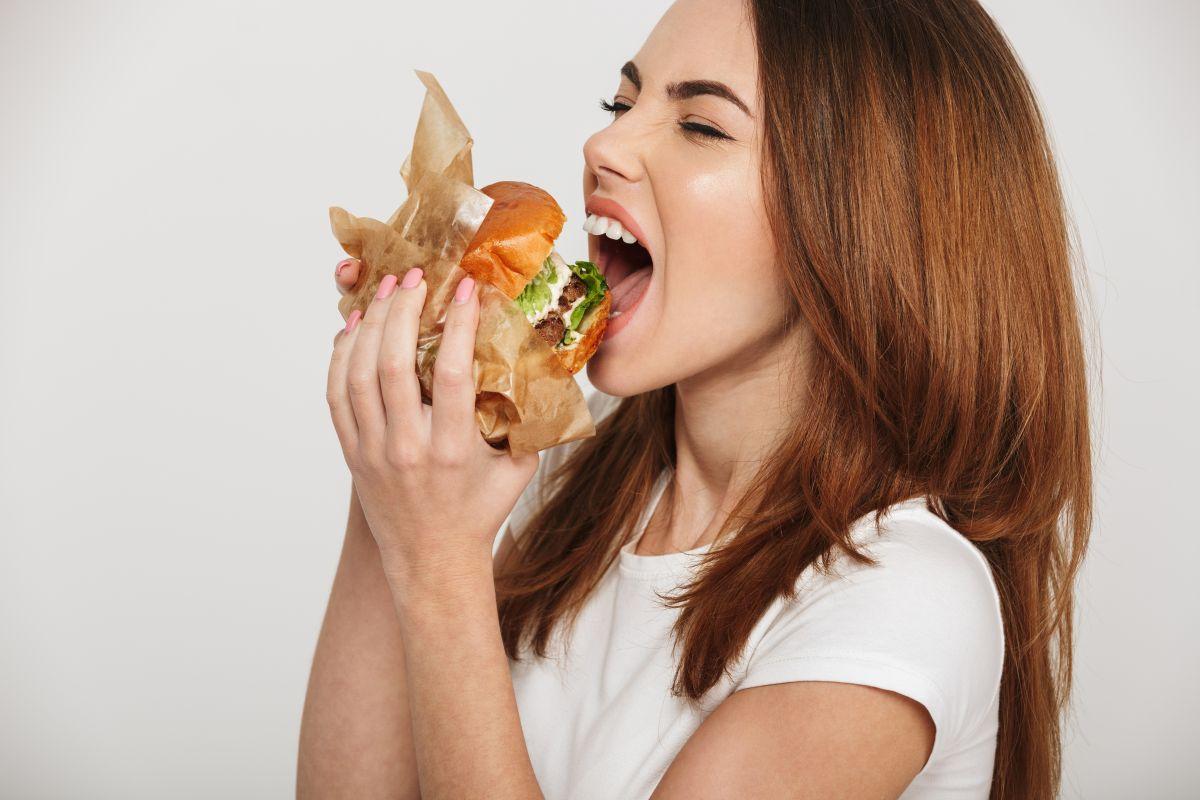 La hamburguesa más grande del mundo fue creada en Mallie's Sports Grill & Bar y pesó casi 813 kg, forma parte del menú del restaurante y cuesta $8,000.
