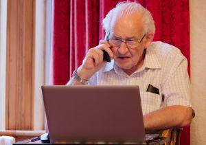 Anciano se convierte en ejemplo a seguir tras continuar sus estudios a través de Internet