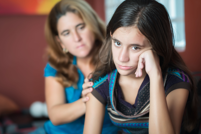 adolescente madre hablar acoso