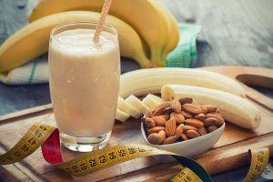 ¿Poco tiempo para desayunar? Prueba este batido de avena, plátano y crema de cacahuate, lleno de energía y grasas saludables