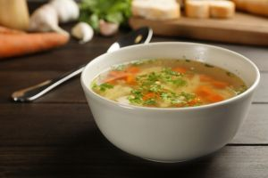 Elimina todo lo que no necesitas: Nutritiva sopa detox de pollo y vegetales