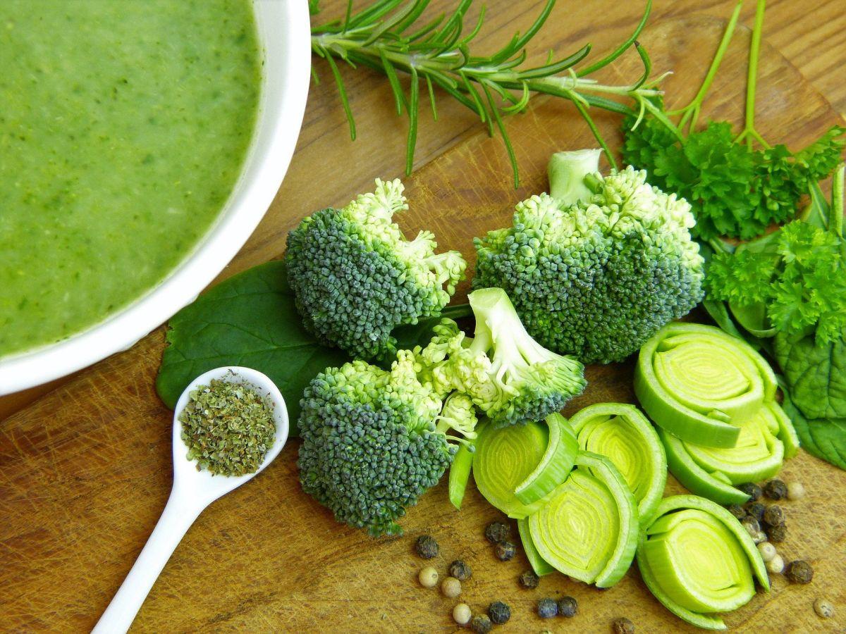 Elimina toxinas, inflamación y adelgaza de manera natural con esta sopa verde detox