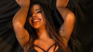 Suzy Cortez muestra su retaguardia en sostén y tanga hilo dental