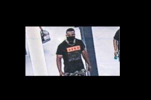 """""""Ahora tienes COVID"""": Policía busca a sujeto que abrazó a clientes en un Walmart de Massachusetts"""