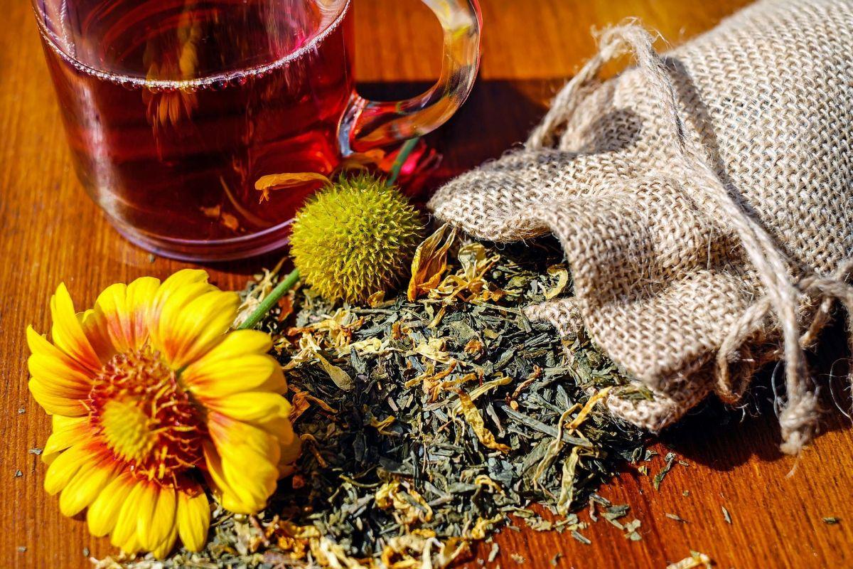 Descubre el poder medicinal de tres bebidas medicinales naturales, que te ayudarán a desinflamar y depurar el hígado.