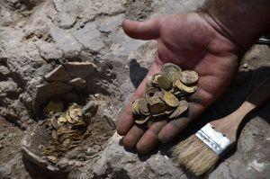 Niños encuentran tesoro enterrado con 425 monedas de oro de más de mil años de antigüedad