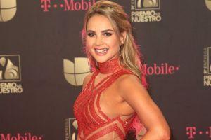 Ximena Córdoba se deja ver muy sexy descansando en la cama, usando ropa interior roja de encaje