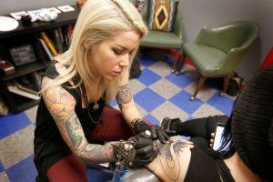 Hombre recibe duras críticas por su nuevo tatuaje, ¡tiene un gran error!