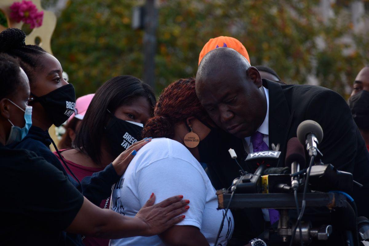 El abogado de la familia de Breonna Taylor, Ben Crump, abraza a la madre de la fallecida, Tamika Palmer, durante una rueda de prensa este viernes en Louisville, Kentucky.