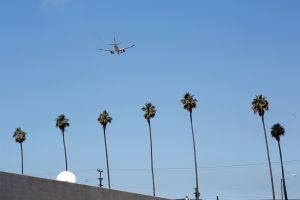 Piloto de American Airlines le avisa a la torre de control de LAX que vio a un hombre volando cerca de él