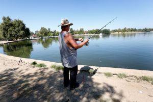 VIDEO: Fueron a pescar y atraparon bombas de tubo activas en un río de California