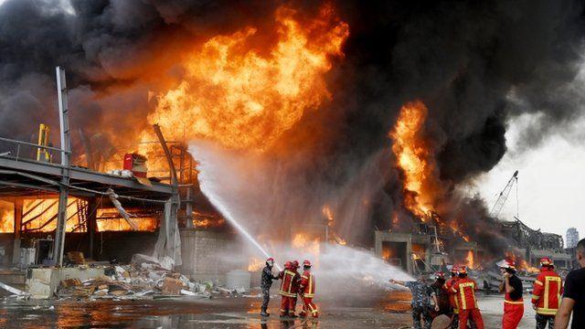 Fuerte incendio en el puerto de Beirut, a un mes de la explosión que mató a casi 200 personas