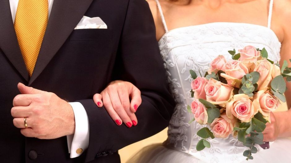 ¿Por qué muchas mujeres aún se cambian el nombre para usar el apellido de sus maridos?