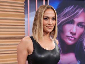 Jennifer Lopez atrae todas las miradas con un vestido transparente que resalta sus curvas