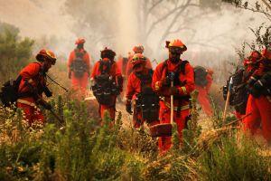 Reclusos que luchan contra incendios en California podrán optar por empleos de bomberos tras cumplir sanciones
