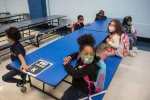 Estudiantes de primaria regresan a salones pero advierten que escuelas de NYC pudieran volver a cerrar