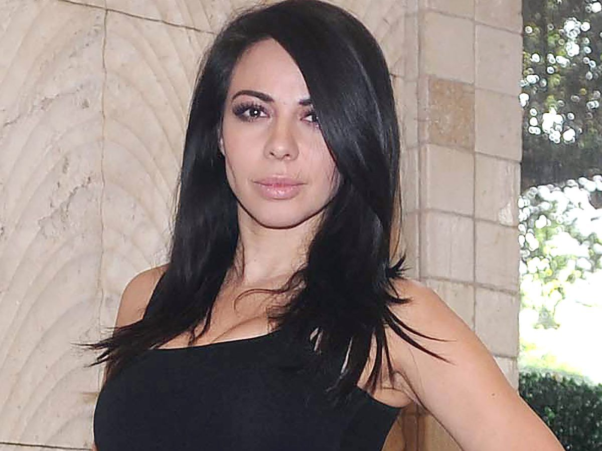 Jimena Sánchez presume sus curvas posando en tanga y blusa con transparencias