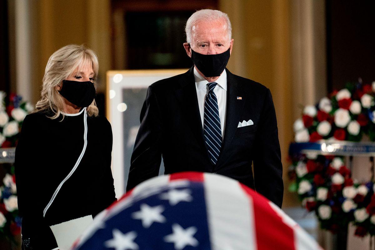 Biden y su esposa en el sepelio de la jueza Ruth Bader Ginsburg.