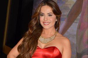 En un ambiente selvático, Danna García se muestra espectacular en traje de baño rojo