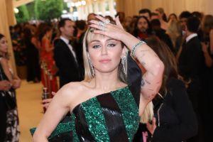 Mamá de Miley Cyrus empezó a fumar marihuana gracias a su hija, después de enfrentarse a un incendio