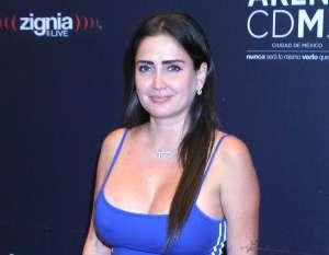 Celia Lora se luce con atrevido body de encaje y escote de infarto